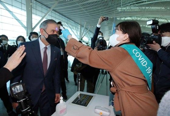 ハリス駐韓米国大使が韓国発の米国路線に対する出国検疫強化を実施した11日午前、仁川国際空港第2ターミナルの出国場を訪れ視察している。キム・ソンリョン記者