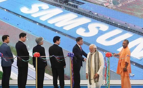 韓国の文在寅大統領がインド国賓訪問時、インド・ニューデリーのウッタルプラデーシュ州ノイダ新工場竣工式に出席した。当時、文大統領、ナレンドラ・モディ首相、李在鎔副会長ら来賓がテープカットを行った。[写真 青瓦台写真記者団]