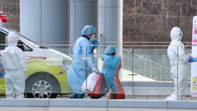 4日午後、光州(クァンジュ)広域市南区(ナムグ)のビッゴウル全南(チョンナム)大学病院に到着した大邱地域の新型肺炎感染者が早歩きで病院の中に入っている。[中央フォト]