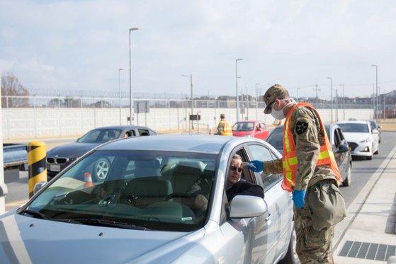 平沢駐韓米軍基地「ハンフリーズ基地」で新型コロナウイルス感染症(新型肺炎)の予防のために軍関係者が出入りする運転者を対象に発熱検査を行っている。[写真 在韓米軍司令部]