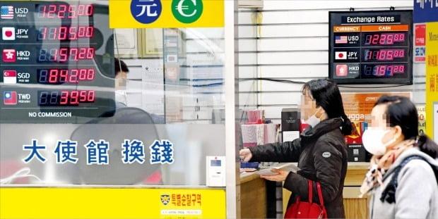 新型コロナの影響でウォン・ドル為替レートが1週間で30ウォンほど動いた。企業の安全資産確保の動きでドルの需要も急増している。26日、ソウル明洞の私設両替所で市民が外貨を購入している。 シン・ギョンフン記者