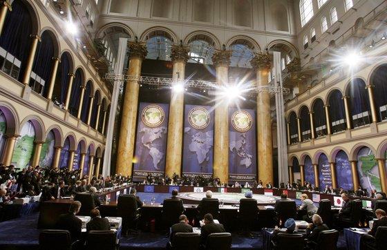 初めてG20世界金融首脳会議に参加した各国首脳が2008年11月14日にワシントンで金融危機の打開と世界景気浮揚に向けた共助案用意を議論している。[写真 共同写真取材団]
