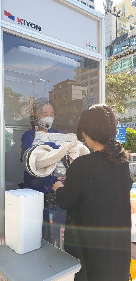釜山南区保健所とKOREA KIYONが新たに開発した検体採取ブースをテストしている。ソン・ポングン記者