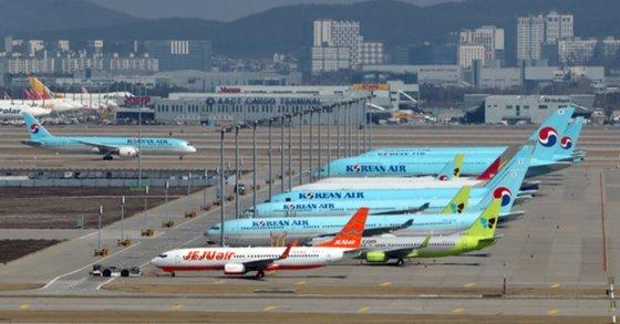 仁川(インチョン)国際空港の旅客機ターミナルに航空機が立っている。キム・ソンニョン記者