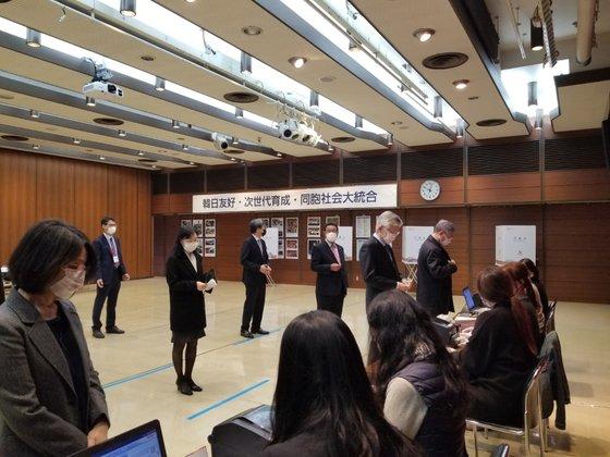 1日、韓国の第21代国会議員在外国民選挙投票所が開設された東京総領事館。投票に来た海外同胞が1メートル間隔で列に並んでいる。ユン・ソルヨン特派員