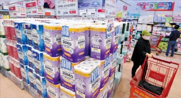 新型コロナの感染拡大で買い占めが深刻な外国とは違い、韓国では買い占めが見られない。1日、ソウル市内のスーパーにはトイレットペーパーなど生活必需品が積まれている。 キム・ボムジュン記者