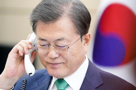 韓国の文在寅大統領が2日午後、青瓦台与民館でデンマークのメッテ・フレデリクセン首相と電話会談している。[写真 青瓦台]