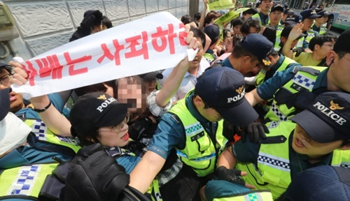 昨年、釜山東区の日本総領事館に進入してピケデモなどを行った反日釜山青年学生実践団所属の大学生らが警察に連行されている。ソン・ボングン記者