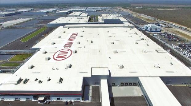 新型コロナの感染拡大で韓国企業の海外工場が一つ、二つと稼働を中断している。6-8日に閉鎖される起亜自動車メキシコ工場。 韓経DB