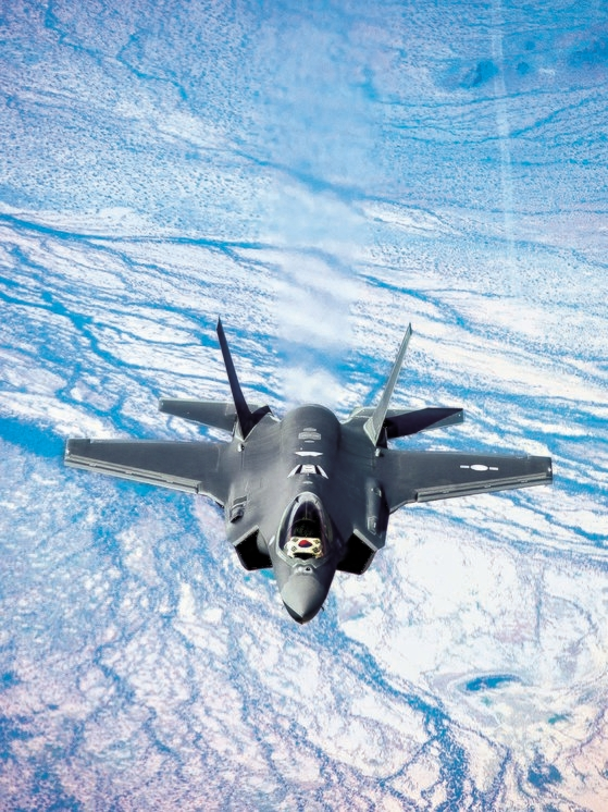 米国から韓国に向け出発したF-35A戦闘機。昨年3月に韓国空軍初のステルス機となるF-35A戦闘機2機が清州基地に到着した。[写真 防衛事業庁]