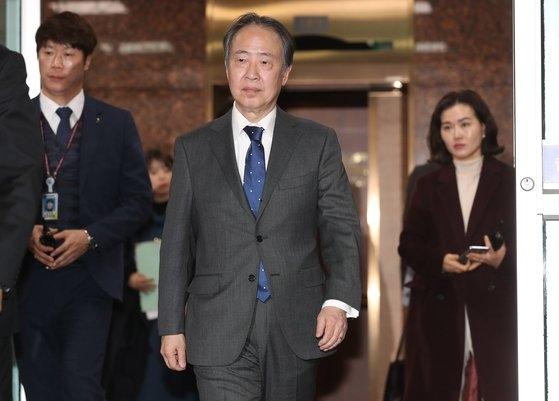 冨田浩司駐韓日本大使が昨年12月、金浦(キンポ)空港貴賓室通路を通じて空港を後にしている。冨田大使は2カ月以上待って信任状を提出し、このほどようやく正式に大使業務にあたることができるようになった。チェ・スンシク記者