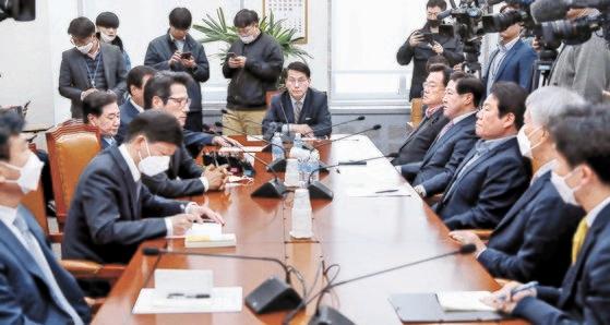 22日午前、国会で外交統一委員会懇談会を開いた尹相ヒョン(ユン・サンヒョン)国会外交統一委員長(真ん中)。 イム・ヒョンドン記者