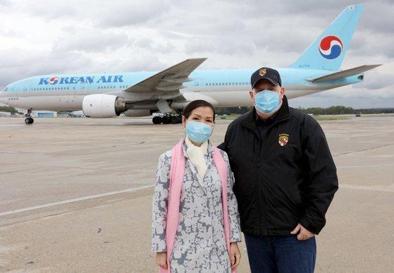 メリーランド州ラリー・ホーガン州知事(右)が妻のユミ・ホーガン夫人と空港で韓国の診断キットを迎えている。[ツイッター キャプチャー]