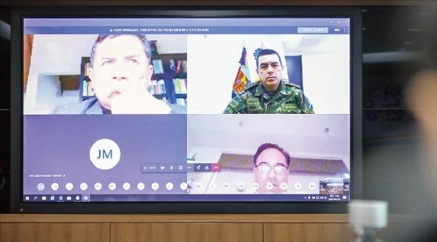 先月29日に開かれた韓国とコロンビア政府のテレビ会議には大統領室のグアリン国家安保補佐官(左上)、ディアス軍保健局長(右上)、大統領室のプラタ・コロナ対応戦略局長(右下)らコロンビアの高官が総出動した。[写真 外交部]