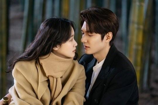 韓国ドラマ『ザ・キング:永遠の君主』に出演している女優のキム・ゴウン(左)と女優のイ・ミンホ。