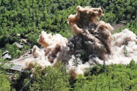 2018年11月24日、北朝鮮核兵器研究所関係者が咸鏡北道吉州郡(ハムギョンブクド・キルジュグン)豊渓里(プンゲリ)核実験場閉鎖のための爆破作業を行った。豊渓里核実験管理指揮所施設爆破瞬間、木造建物が爆破されて粉々になっている。[写真 共同取材団]