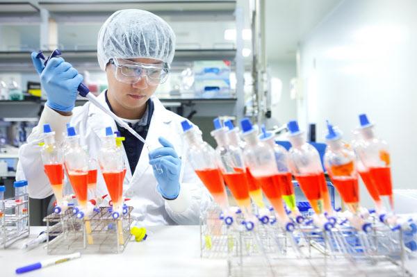SKバイオサイエンスがビル&メリンダ・ゲイツ財団から新型コロナウイルス感染症(新型肺炎)ワクチン開発のための支援金360万ドルの支援を受けると18日、明らかにした。写真はSKバイオサイエンス研究員がワクチン開発のための研究・開発を行っている様子。[写真 SKバイオサイエンス]