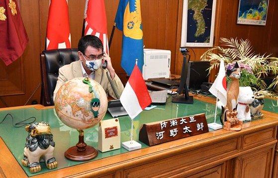河野太郎防衛相が19日、ツイッターに掲載した執務室写真の右上に韓半島地図が確認できる。[河野太郎氏ツイッター]
