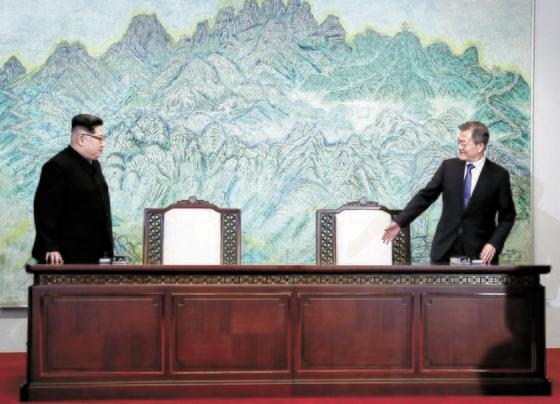 文在寅(ムン・ジェイン)大統領(右)と金正恩(キム・ジョンウン)国務委員長が2018年4月27日、板門店(パンムンジョム)平和の家で開かれた南北首脳会談で宣言文に署名する席に着いている。[写真 共同取材団]