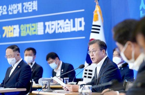 文在寅大統領が21日、ソウル江南区三成洞の韓国貿易協会で開かれた危機克服のための産業界懇談会で冒頭発言をしている。[写真 青瓦台]