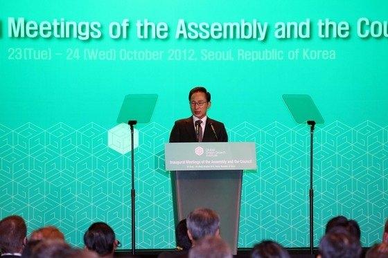2012年10月23日午後、ソウル新羅ホテルでGGGI(グローバル・グリーン成長研究所)創立会議開会式が開かれた。李明博大統領(当時)が祝辞を述べている。[写真 青瓦台写真記者団]