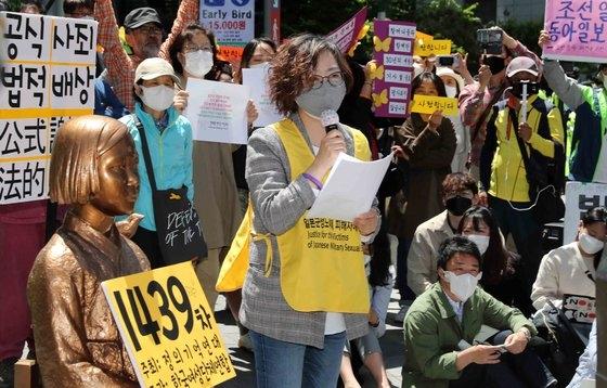 正義連のイ・ナヨン理事長が13日にソウルの旧日本大使館前で開かれた日本軍慰安婦問題解決を促す水曜集会で発言している。キム・サンソン記者