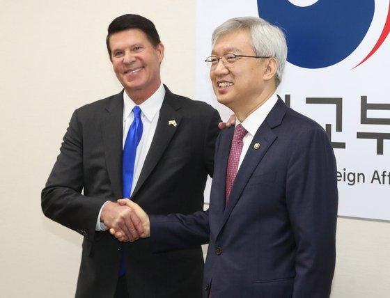 李泰鎬(イ・テホ)韓国外交部第2次官が昨年11月、ソウル鍾路区(チョンノグ)外交部庁舎で開かれた第4回韓米高官経済協議会でキース・クラーク米国務省次官と握手している。キム・サンソン記者