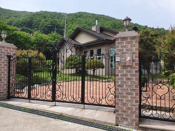 正義連が運営した京畿道安城の慰安婦被害者憩いの場「平和と癒やしが出会う家」全景。イ・カラム記者