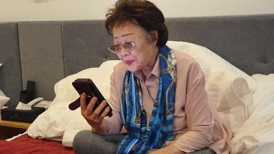 李容洙さんの側近Bさんが自身のフェイスブックにおばあさんがマイク・ホンダ元米国下院議員と話をする様子と映像を掲載した。[写真 Bさんフェイスブック キャプチャー]