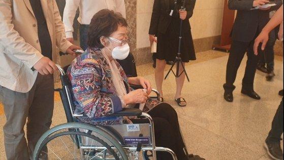25日に大邱のインターブルゴホテルの記者会見場に入る李容洙さん。ペク・ギョンソ記者