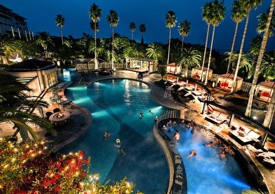 新型肺炎が拡大した後、ホテルでバカンスを楽しむ「ホカンス」がさらに人気を呼んでいる。写真は済州新羅ホテルの野外プール。[中央フォト]