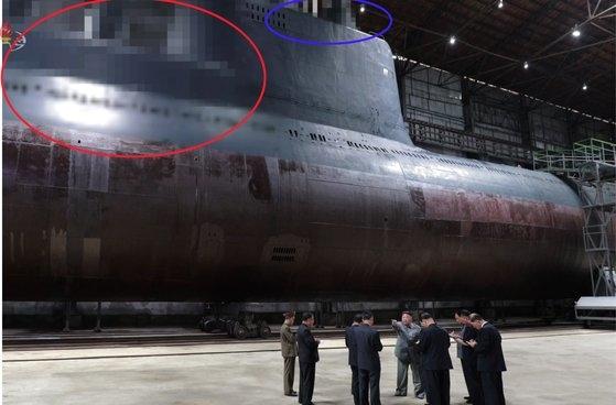 北朝鮮の金正恩国務委員長が2019年7月23日に新たに建造した潜水艦を視察したと、朝鮮中央テレビが23日報じたもの。
