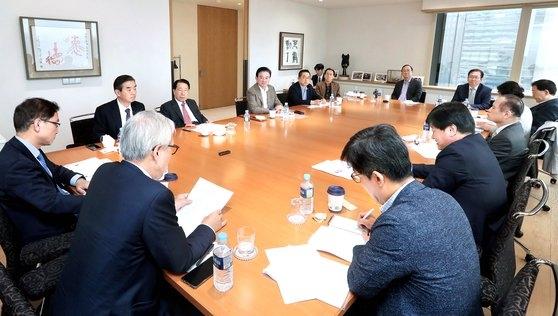 25日に開かれた「韓日ビジョンフォーラム」で各界の専門家が討論している。 ビョン・ソング記者