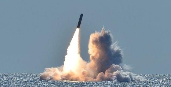 2018年5月26日、米海軍のオハイオ級原子力潜水艦ネブラスカ(SSBN739)が米カリフォルニア州沖でトライデントIIミサイル(SLBM)を発射した。ミサイルは訓練用で核弾頭は搭載されていない。[写真 米海軍]