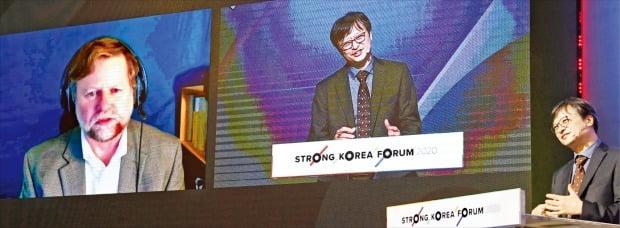 科学技術情報通信部と韓国経済新聞社が共同主催した「ストロングコリアフォーラム2020」が27日、京畿道高陽市ビッマル放送支援センターで開かれた。シューターIBMクオンタム総括副社長(左)が米ニューヨークでテレビ会議システムを利用し、イ・ジュングKAIST(韓国科学技術院)教授と量子コンピューターの未来をテーマに対談している。 キム・ボムジュン記者