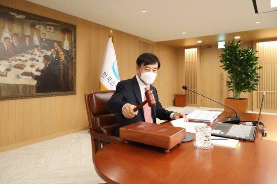 韓国銀行の李柱烈総裁が28日に開かれた金融通貨委員会本会議で議事棒を叩いている。[写真 韓国銀行]