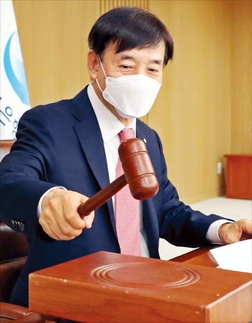 韓銀の李柱烈(イ・ジュヨル)総裁が28日、ソウル中区の韓銀本館で開かれた金融通貨委員会本会議で議事棒を叩いている。この日、韓銀は政策金利を年0.75%から0.50%へと0.25ポイント引き下げた。 [写真=韓銀提供]