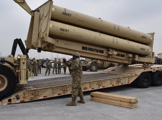 昨年4月、在韓米軍は平沢(ピョンテク)米軍基地(キャンプ・ハンフリーズ)で「非活性化弾 (模擬弾、inert)」をTHAAD発射台に装着する訓練をした。[写真 在韓米軍第35防空砲旅団 フェイスブック]