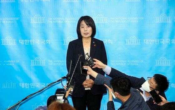与党「共に民主党」当選人の尹美香氏が29日午後、国会疎通館で日本軍性奴隷制問題解決のための正義記憶連帯(正義連)活動期間中における各種不正疑惑に対する立場を発表した後、記者団の質問に答えている。