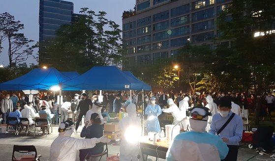 西小門(ソソムン)公園でソウル市中区(チュング)が臨時選別診療所を運営している。[写真 ソウル市中区]