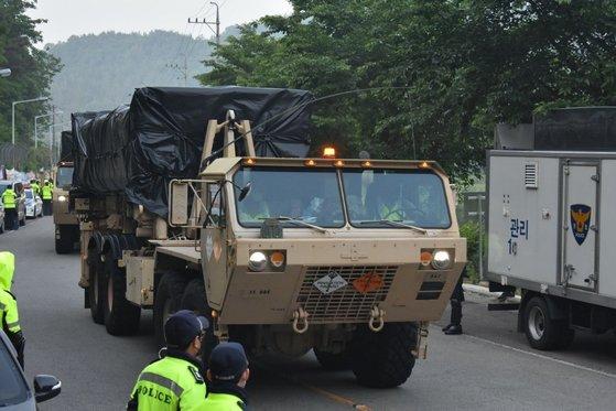 29日午前、星州市の道路を通ってTHAAD装備が搬入されている。[国防部提供]