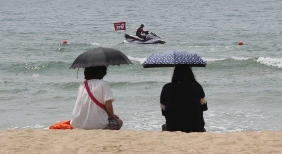 釜山の海雲台海水浴場が1日、部分開場した。新型コロナウイルス感染症の影響で安全開場として1カ月間運営される。パラソルや浮き輪はなく、訪問客はまばらだ。ソン・ポングン記者