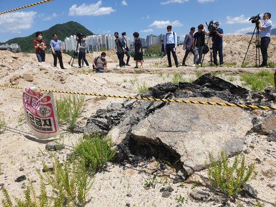 文化財発掘作業中の旧米軍基地キャンプページの発掘現場から出た廃アスコン。パク・ジンホ記者