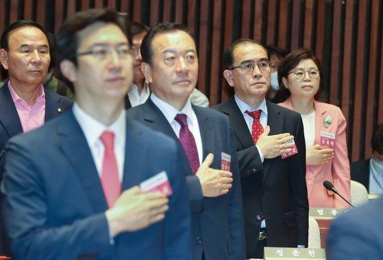 太永浩議員(右から2番目)が4月21日午前に国会で開かれた未来統合党当選者ワークショップで国民儀礼をしている。イム・ヒョンドン記者