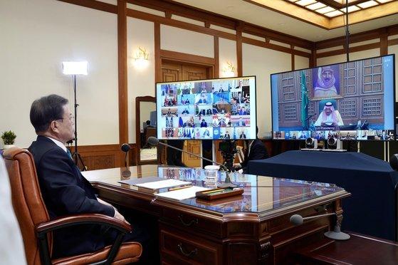 韓国の文在寅大統領が今年3月、青瓦台執務室で新型コロナウイルス感染症(新型肺炎)の協力を話し合うために開かれたG20(主要20カ国)特別画像首脳会議に出席している。[写真 青瓦台]