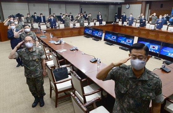 10日、国防部で開かれた2020年上半期全国主要指揮官会議で鄭景斗(チョン・ギョンドゥ)国防長官など出席者が国旗に対する敬礼を行っている。[写真 共同取材団]