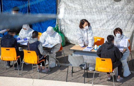 京畿道のある選別診療所に人々が新型肺炎の検査を受けるために待機している。[写真 京畿道]