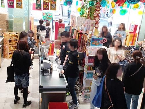 明洞のあるディスカウントショップのレジに外国人観光客が精算するために並んでいる様子。