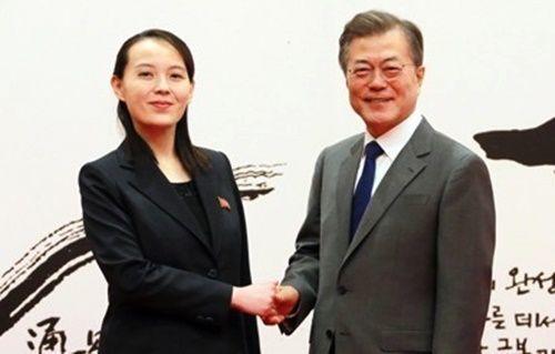 文在寅大統領と金正恩北朝鮮国務委員長の特使として訪韓した金与正労働党第1副部長が2018年2月10日午前、青瓦台での面会に先立ち記念撮影をする姿。[中央フォト]