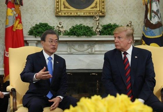 文在寅大統領が2019年4月11日午後(現地時間)、米国ワシントンのホワイトハウスで開かれた韓米首脳会談に先立ち、ドナルド・トランプ米大統領と歓談している。[写真 青瓦台写真記者団]